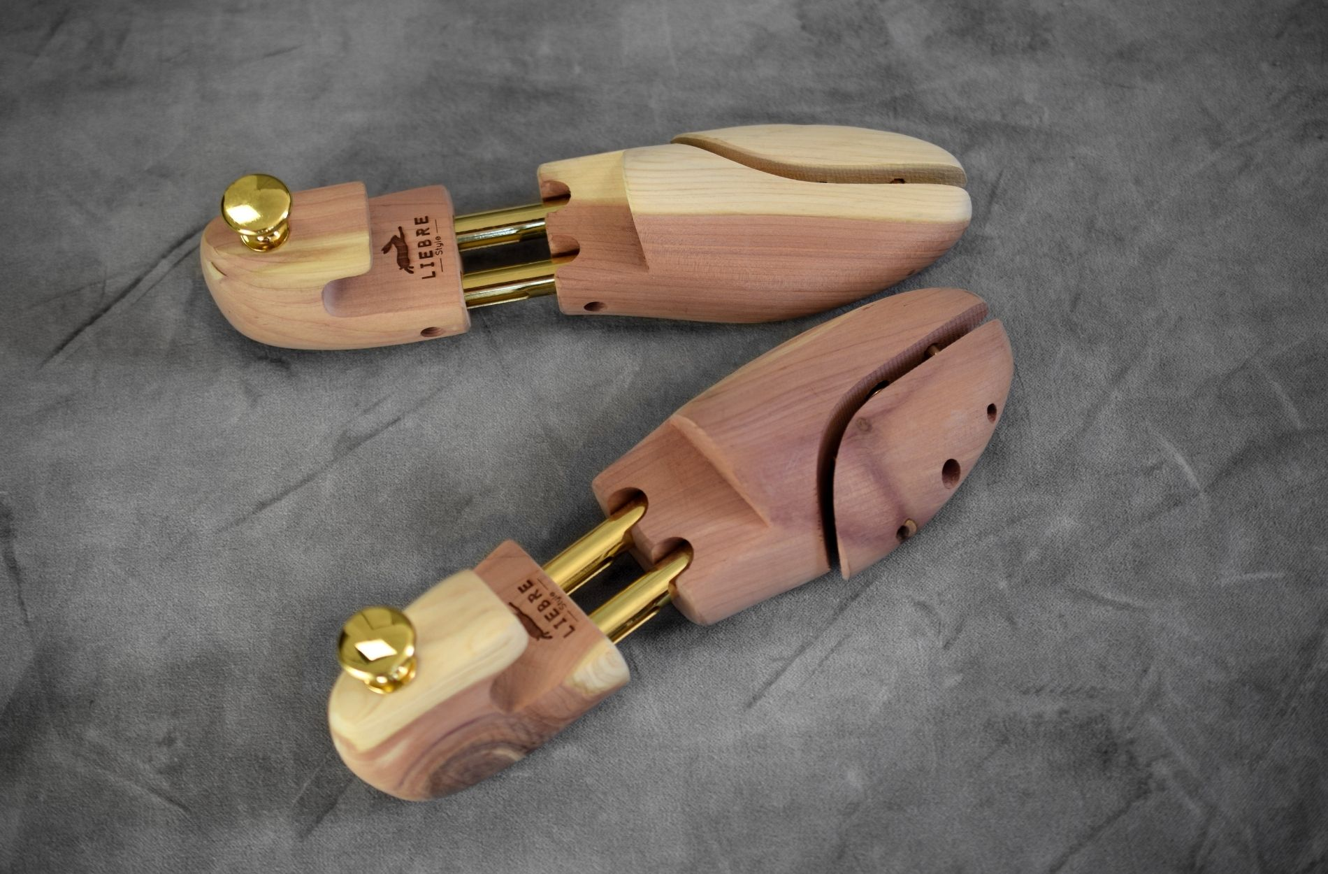 cedar wood shoes trees with logo of liebre style and metal details