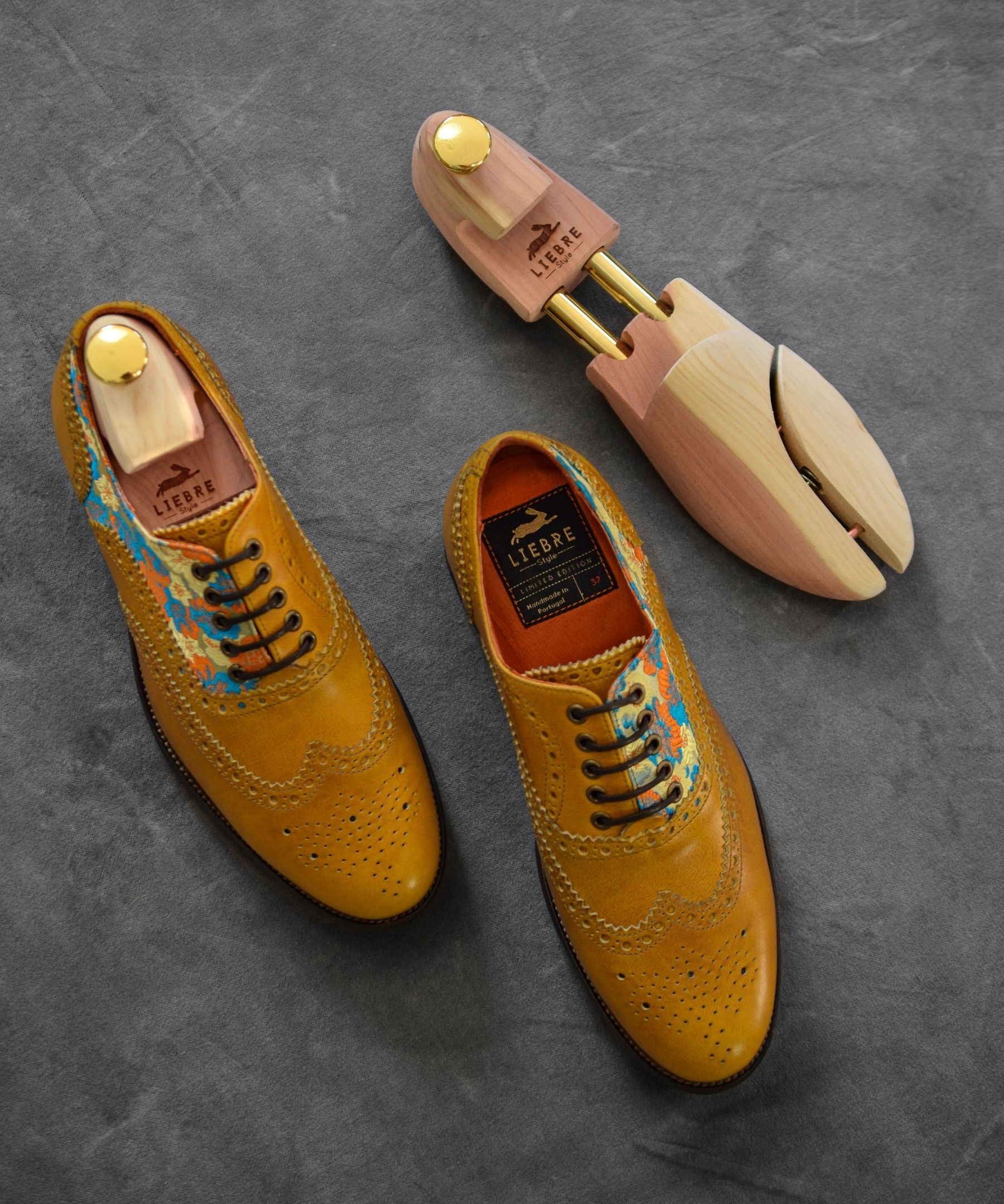 caramel liebre style oxford shoes and shoe tree in cedar wood